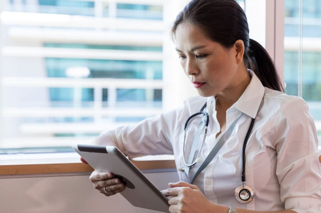 Médica testando o sistema para clínicas